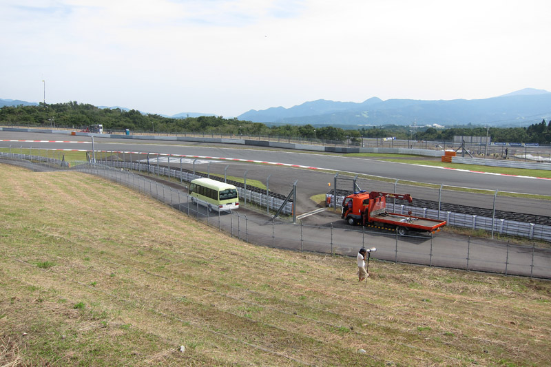芝生エリアを13コーナー側に移動した斜め後ろからの風景