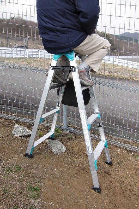 地面が傾斜しているので、足の長さが変えられる脚立があると撮影しやすい