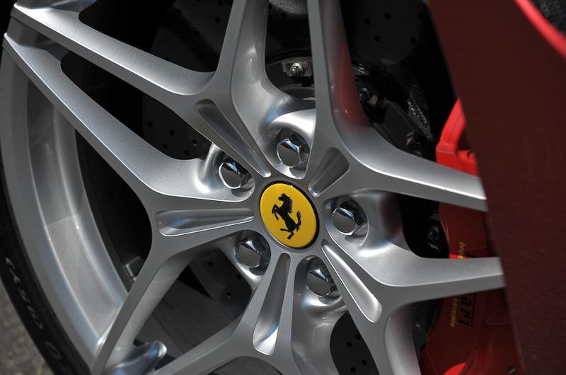 撮影車はオプション設定の20インチ鍛造ホイール(タイヤサイズ:フロント245/35 ZR20、リア285/35 ZR20)を装着。その奥にボディーカラーとコーディネートされた「CCM3カーボンセラミック・ブレーキ」(フロント:390×34mm、リア:360×32mm)が覗くほか、足まわりには最新の磁性流体式ダンパー・システムが奢られる。ウェッジシェイプのヘッドライトにはLEDを採用