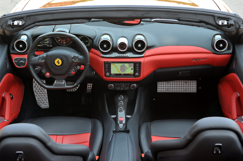 レッドとブラックで構成されるデュアルカラー・インテリア(カラーはロッソ フェラーリ)