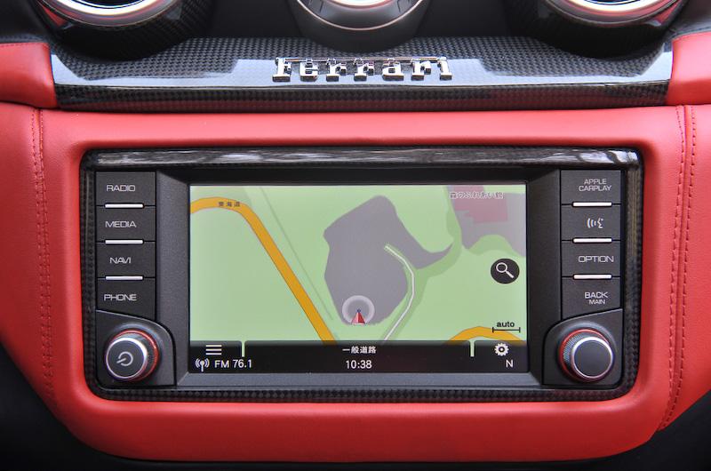 タッチスクリーン式の6.5インチディスプレイを採用するインフォテイメント・システム