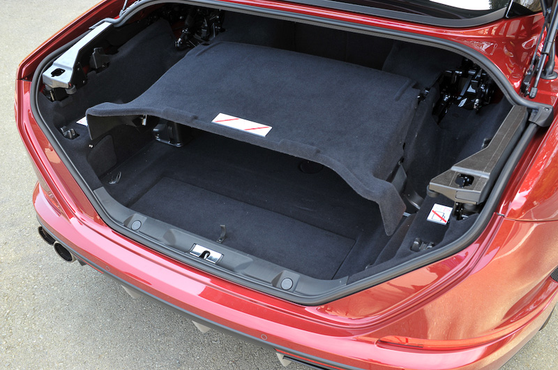 トランク容量はルーフを閉じた状態で340L、開けた状態でも240Lの容量を確保。後席はトランクスルー機構を備え、ちょっとした長尺物を載せることも可能