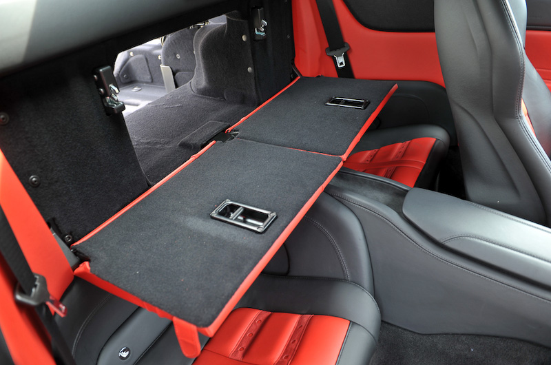 レッドとブラックで構成されるデュアルカラー・インテリア(カラーはロッソ フェラーリ)。乗車定員は4名