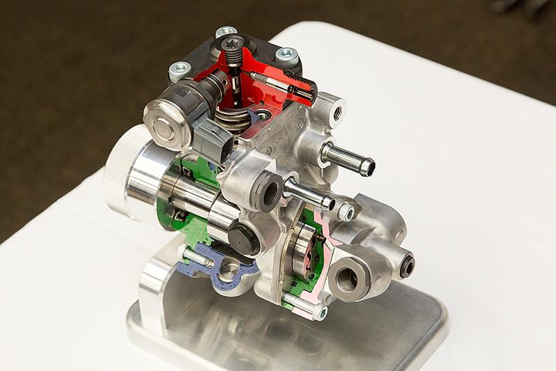 デンソー製の第4世代となる高圧燃料サプライポンプ。最大噴射圧は250MPaまで対応するが220MPaで使用