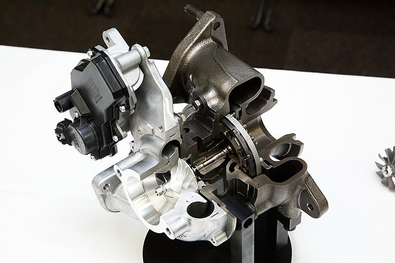 吸気側は新開発のアルミ材で排気側と同じく3次元翼を採用。これは世界初という