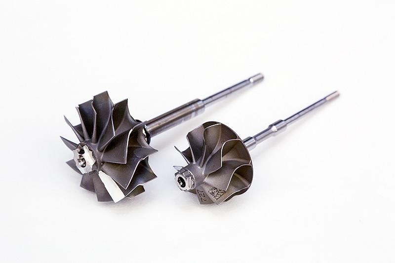 インコネルを使って精密鋳造されたタービンホイール。奥がKD型、手前がGD型で使われているもの