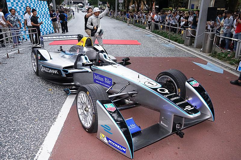レーシングドライバーの山本左近氏が登場。ファンの声援に応える