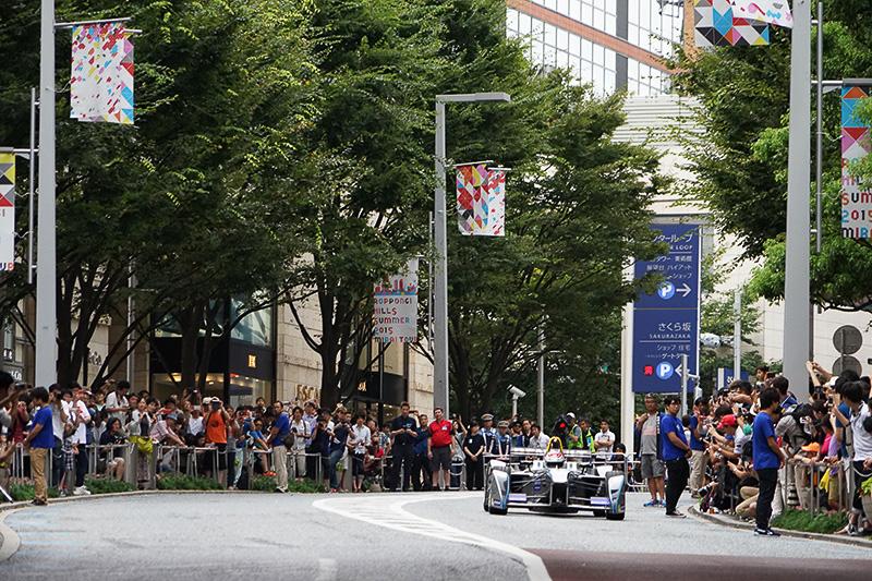 六本木けやき通りでの公道デモンストレーション走行開始。沿道にはファンがひしめきあう