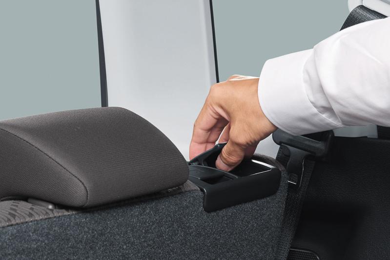 リアシートの背もたれ肩口に、シート角度調節&前方格納、シート前後位置調整を操作できるレバーを追加