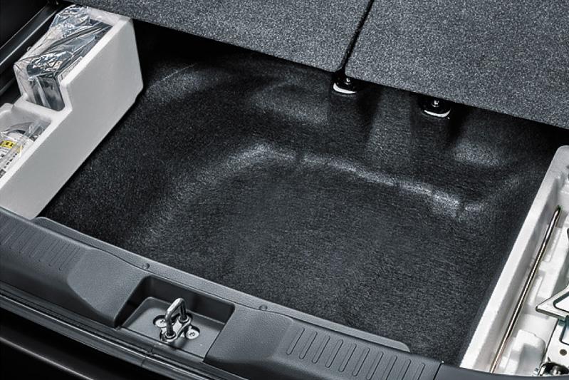 ラゲッジスペースのフロア下に100L(4WD車は26L)分の容量を持つサブトランクを設定