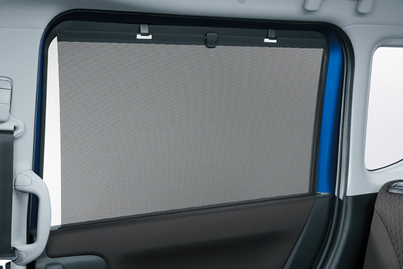 スライドドアのトリムに内蔵する引き出し式のロールサンシェードはGグレード以外に標準装備
