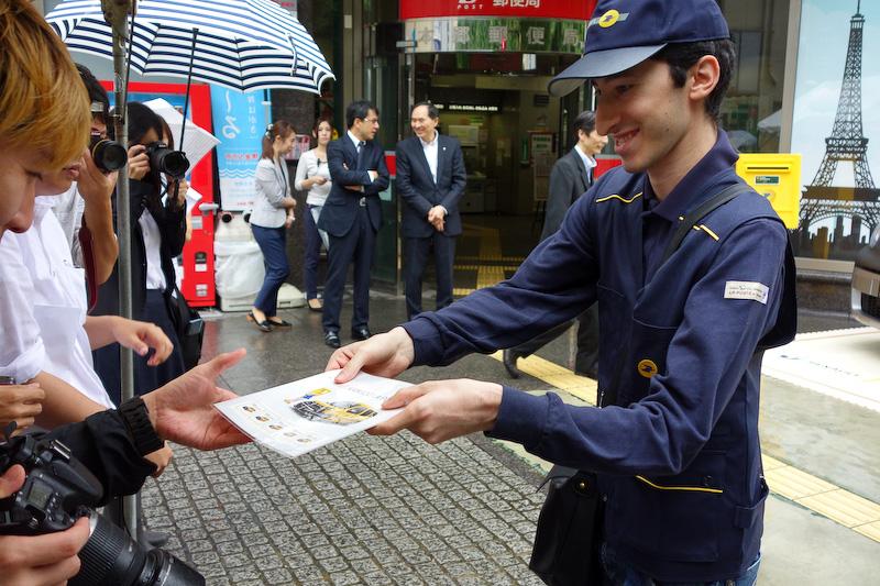 フランスの郵便配達員(に扮した関係者)も登場し、報道陣に資料などを配布するデモンストレーションも