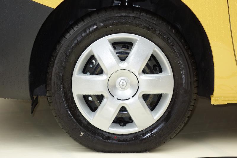 エクステリアではボディーカラーに「ジョン ラ・ポスト」カラーが採用されるほか、専用のシルバー&ブラックフロントバンパー、ブラックリアバンパー、シルバードアミラー、プライバシーガラスを装備。ちなみにベース車でも黄色の「ジョン アグリュム」カラーを展開するが、ジョン ラ・ポストはジョン アグリュムよりももう少し濃いめの黄色とのこと