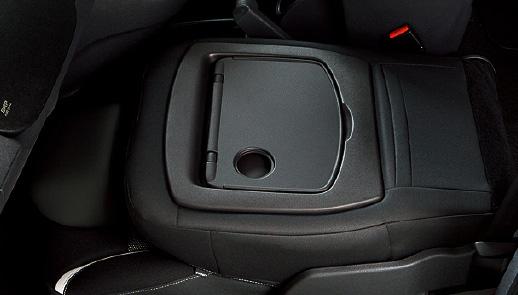 インテリアではフロントシートバックテーブル、可倒式助手席を専用装備