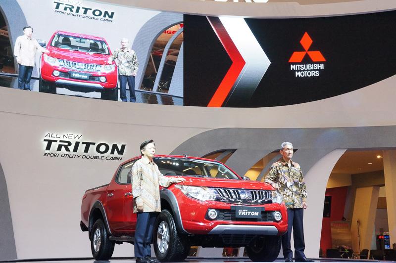 写真左から、三菱自動車工業 取締役社長 相川哲郎氏、P.T.Krama Yudha Tiga Berlian MotorsのPresident Director 石巻尚氏