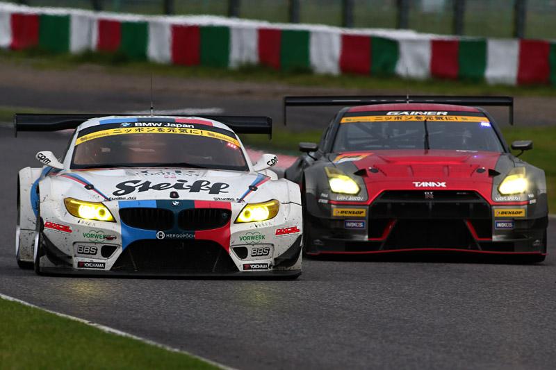 最後までトップ争いを演じた7号車 Studie BMW Z4(ヨルグ・ミューラー/荒聖治組)と、10号車