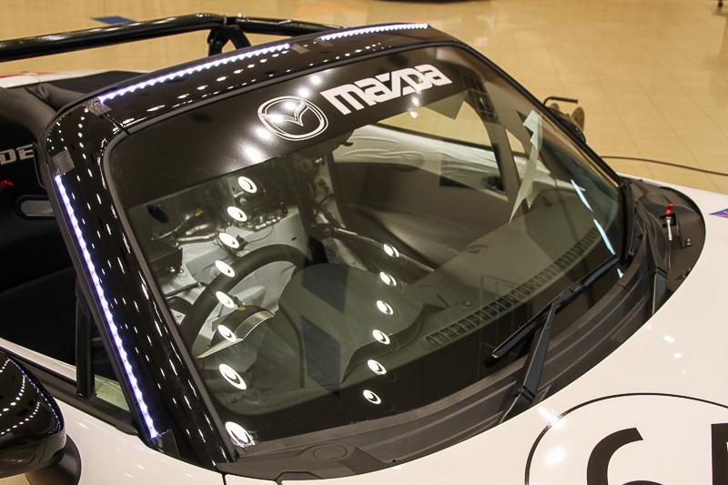 フロントウインドーを縁取るように貼り付けた。ドライバーの視界には入らないが、正面に対して目立つように発光する
