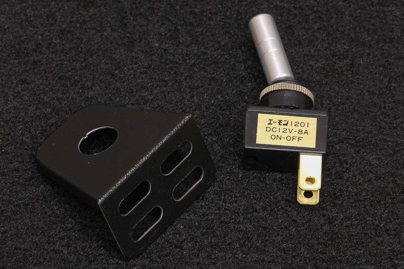 スイッチもエーモンの製品を使用。車内からイルミのON/OFFが可能になっている