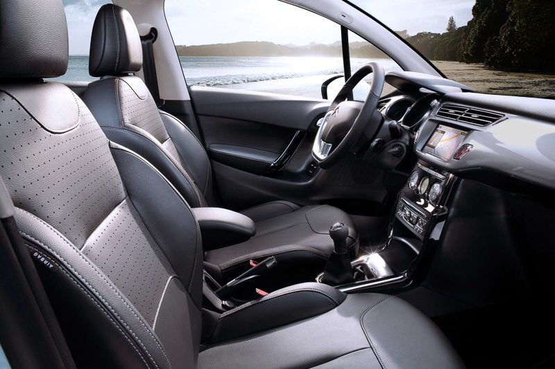 シートはミストラル色(黒)のレザーシートを標準装備。レザーステアリングは従来の上級グレードとなっていたエクスクルーシブ用と同じクロームアクセント付きとなっている