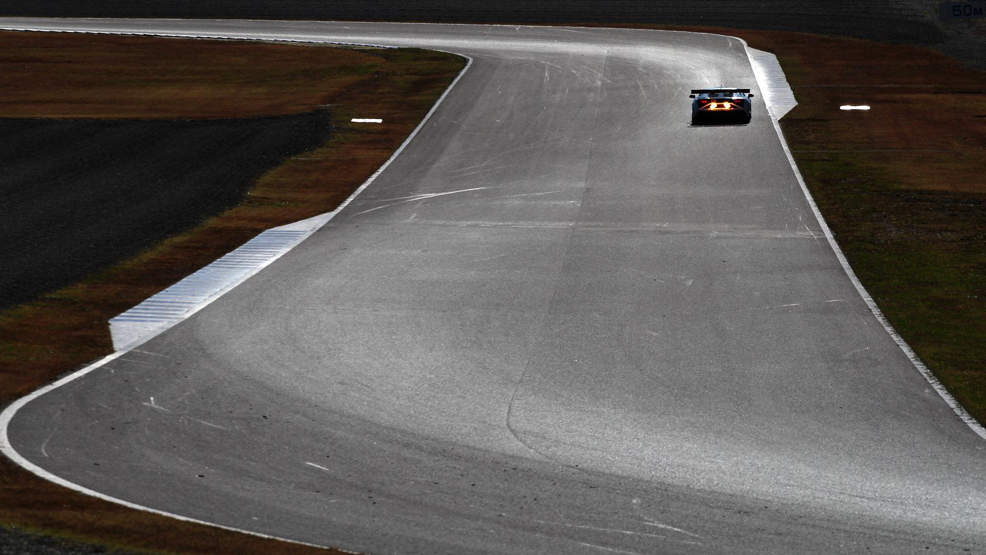昨年11月のSUPER GTで金網の目の前の報道エリアから撮影。秋の午前中は逆光がレコードラインに反射する