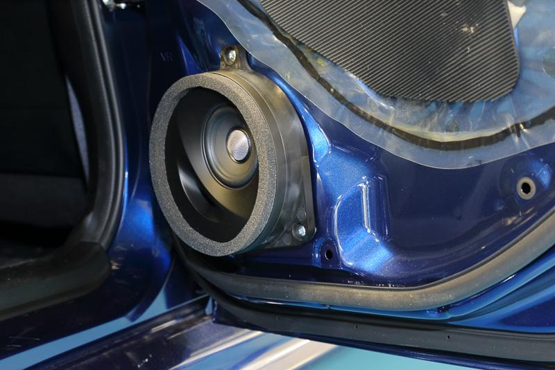 スバル車に専用設計されたソニックデザインの「SonicPLUS スバル車専用モデル」と同じモデルが、スバルディーラーの純正オプション「Sonic Designスピーカーセット」として購入できる。美しいアールを描いたバスレフポートがそそるスピーカーセットを導入してみた。内張を付けてしまうとまったく見えず、完全ノーマルな内装を維持できるのも個人的にはマル