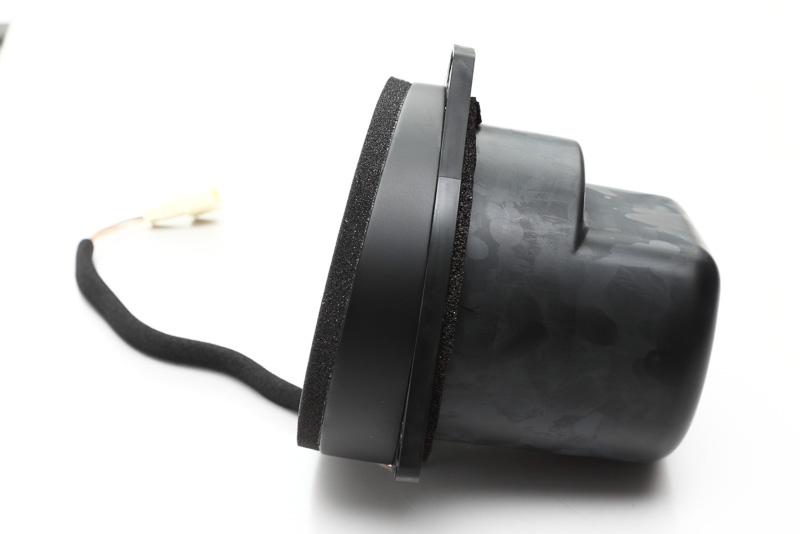 ちなみに穴に手を突っ込んでみると、フロントスピーカー側面の形状がこのようになっている理由が分かります。さすがの専用設計!