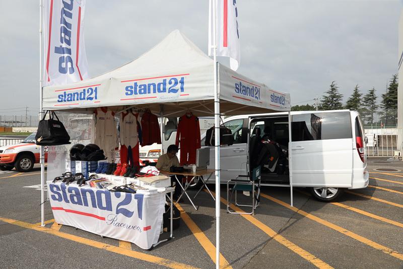 メディア4耐をウェア面からサポートするスタンド21。FIA規格に合致したレーシングスーツを販売しており、実店舗は東京にある