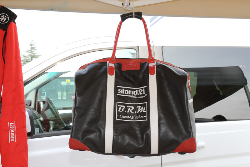 新作の革製カバン。刺繍を入れることができる。レーシングスーツを運ぶのに便利