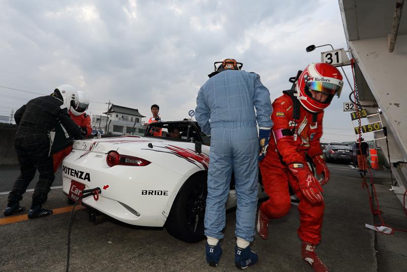 Car Watchチームは第2ドライバーの石川氏から第3ドライバーの営業・瀬戸に交代。このピットインに合わせて給油も行っている