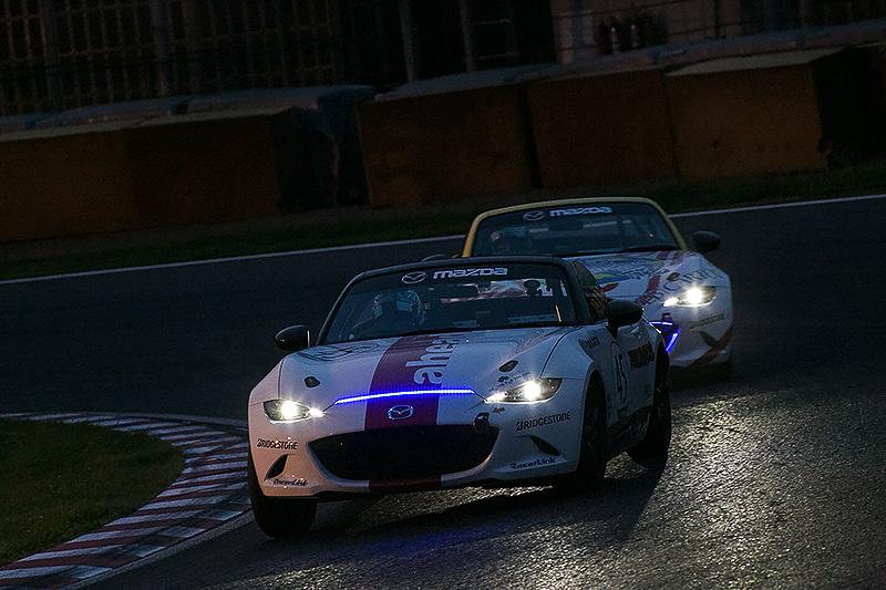 18時の時点での順位は、1位が「LVスポーツ・ロードスター」(左)、2位が「ahead Roadster」(右)