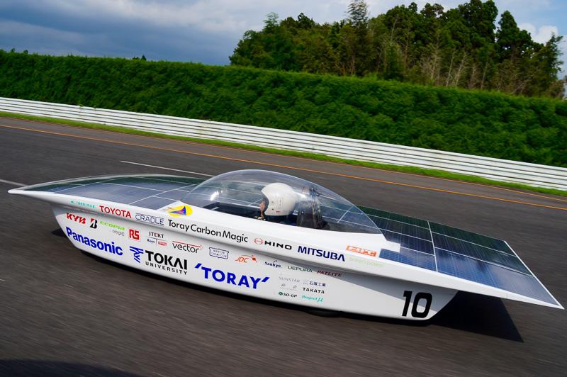 レースでは100km/h前後で巡航するソーラーカー
