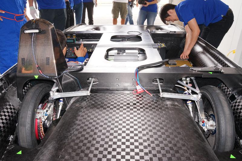 前輪のステア角度を小さくするため後輪もステアする4WSを採用。高速走行時は機能しないが低速時の小回り性能を確保した