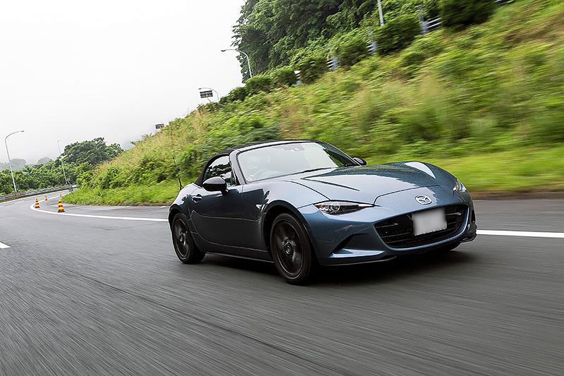 SスペシャルパッケージのJC08モード燃費は17.2km/L(ただしi-ELOOP、i-stop装着車は18.8km/L)だが、高速道路では25.0km/L以上をマークすることも