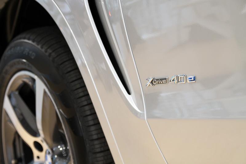ガソリン/クリーンディーゼルモデルとの外観上での差異は、左フェンダー付近に配置される充電リッド、専用バッヂ、アダプティブLEDヘッドライト(LEDハイ/ロービーム、LEDフロント・ターン・インジケータ、LEDスモール・ライト・リング、LEDコーナリング・ライト、LEDフロント・サイド・マーカー)の標準装備など。X5 xDrive40e xLineは19インチアロイホイール(タイヤサイズ:255/50 R19)を装備