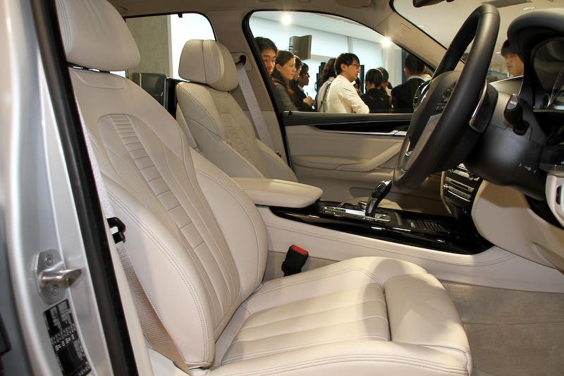 アイボリー・ホワイトカラーの内装。センターコンソールに走行モードを切り替えられる「eDrive ボタン」を備えており、「AUTO eDrive」「MAX eDrive」「SAVE Battery」から選択可能