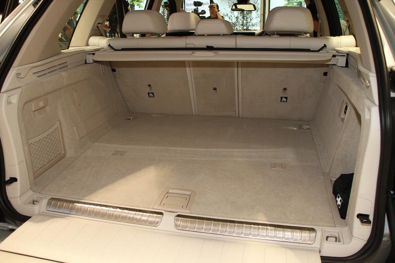 ラゲッジルーム下にリチウムイオンバッテリーを搭載。ガソリン車などと比べフロア高は2~3cm高くなる。容量は500-1720Lを確保