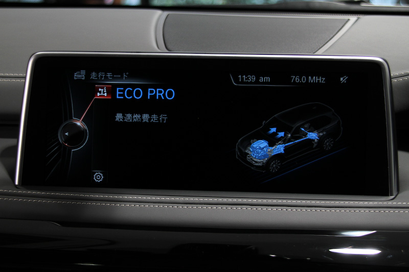 エンジンレスポンス、ダイナミックダンピングコントロール、ステアリングやトランスミッションの特性を「SPORT」「COMFORT」「ECO PRO」から選択可能な「ドライビング・パフォーマンス・コントロール・ボタン」も備える