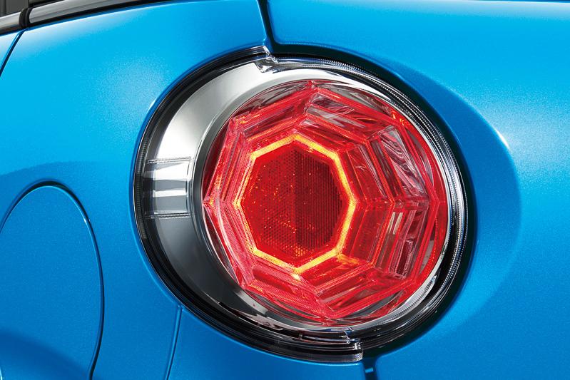 全車のリアコンビネーションランプにLEDのストップランプを採用。3Dエフェクトにより奥行き感を表現している
