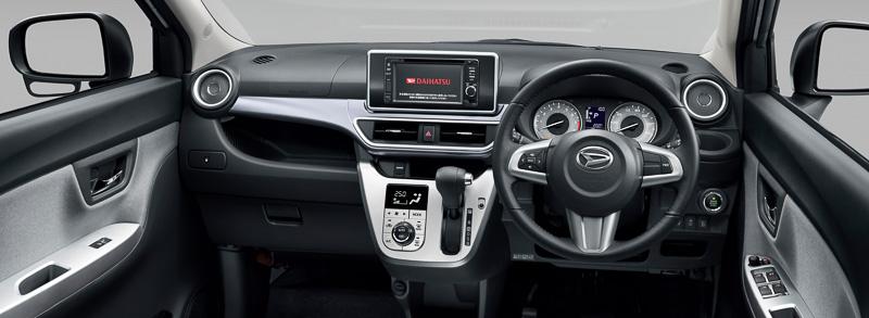 キャスト アクティバのアクセントカラーで基本となるシルバー。助手席の前方にオープンタイプのインパネトレイを設定。スマートフォン連携ナビゲーションシステムは9万7200円高のメーカーオプションで、全車16cmのフロントスピーカーを備えるオーディオレスが基本となる
