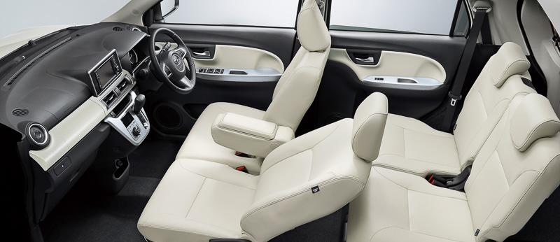 明るい「ホワイトレザー調」のインテリアでは、ドアトリムなどの色遣いも変更して白と黒のコントラストでメリハリのある車内空間となる