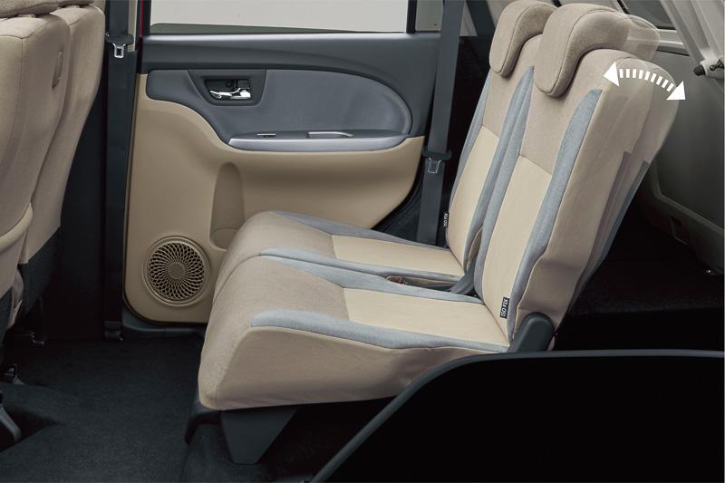 リアシートのシートバック左右別にリクライニングして、使い勝手や居住性をアレンジできる