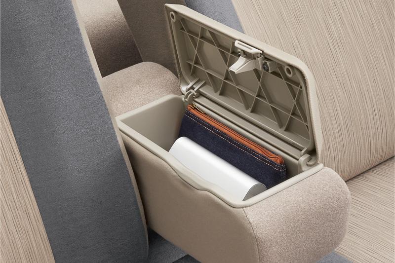 手荷物などの収納に便利なフロントシートの「センターアームレストボックス」