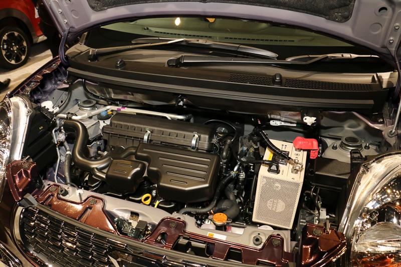 エンジンは自然吸気(左)とターボ(右)の2種類を用意するが、名称はどちらも「KF」型。自然吸気の直列3気筒DOHC 0.66リッターエンジンは最高出力38kW(52PS)/6800rpm、最大トルク60Nm(6.1kgm)/5200rpmを発生。ターボ仕様の直列3気筒DOHC 0.66リッターターボエンジンは最高出力47kW(64PS)/6400rpm、最大トルク92Nm(9.4kgm)/3200rpmを発生する
