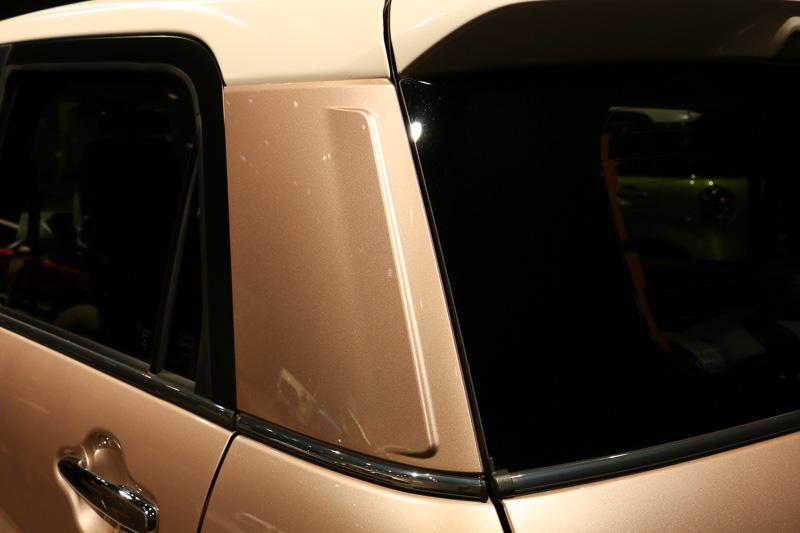 樹脂製のCピラーに設定されたフィン状の突起は、空力性能の向上を狙っているほか、鋼板パネルでは実現不可能な形状により、樹脂パネルならではのデザイン性をアピールしているとのこと
