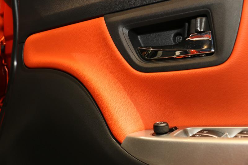 キャスト アクティバのドアトリム。全面的に樹脂製となっているが、オレンジにカラーリングされた部分は柔らかく、シボを入れて上質感を表現している