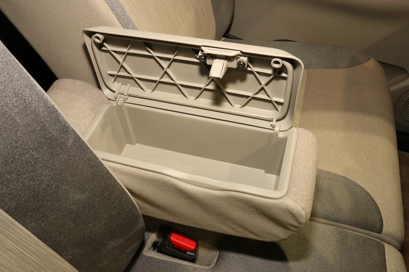 全車に標準装備するフロントセンターアームレストには、リッド付きの収納ボックスを設定