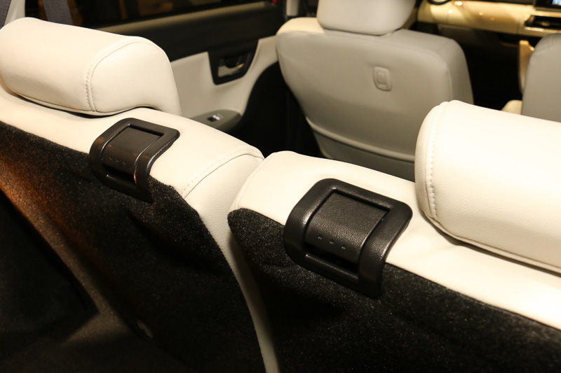 リアシートのリクライニング&前倒し用のレバーはシート中央側に設置