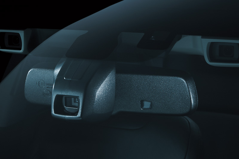 ルームミラー一体型の単眼カメラで先行車や対向車を検知する「ハイビームアシスト」