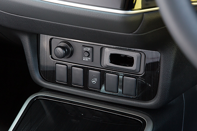 G Premium Packageのインテリア。今回の改良では、プレミアム感を高めるべくメタリック感のあるブラックウッド調の加飾や光飾アクセントを施したインパネ&ドアトリムオーナメントパネルを採用するとともに、シート表皮やステアリングに使われるレザー素材を変更。メーター内に備わるマルチインフォメーションディスプレイでは「ポジションインジケータ」が新たに追加された