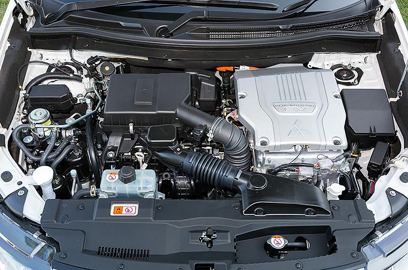 アウトランダーPHEVが搭載する直列4気筒DOHC 2.0リッター「4B11」エンジン。最高出力は87kW(118PS)/4500rpm、最大トルクは186Nm(19.0kgm)/4500rpm。さらにフロントとリアそれぞれに最高出力60kW(82PS)の電気モーターを搭載、エンジンとモーターを組み合わせた4WDシステムを採用している。ハイブリッド燃料消費率(JC08モード)は20.2km/Lをマークするとともに、充電電力使用時走行距離(JC08モード)は従来の60.2kmから60.8kmに引き上げられた